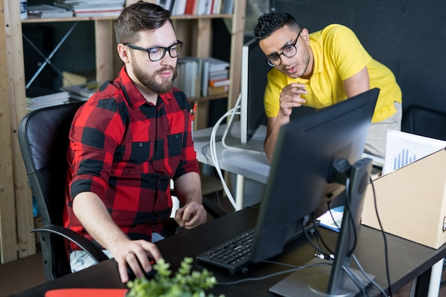 Jeune développeur informatique créatif utilisant un ordinateur