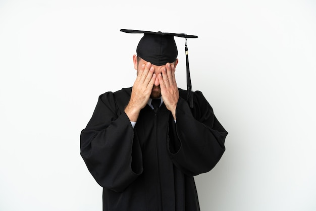 Jeune diplômé brésilien d'université isolé sur fond blanc avec une expression fatiguée et malade