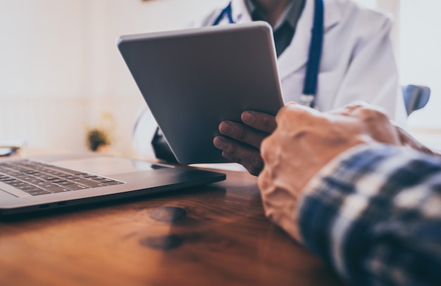 Jeune docteur consulté asiatique jeune homme personnes maladies sexuellement transmissibles. cancer de la prostate et du cancer vénérien détecté.