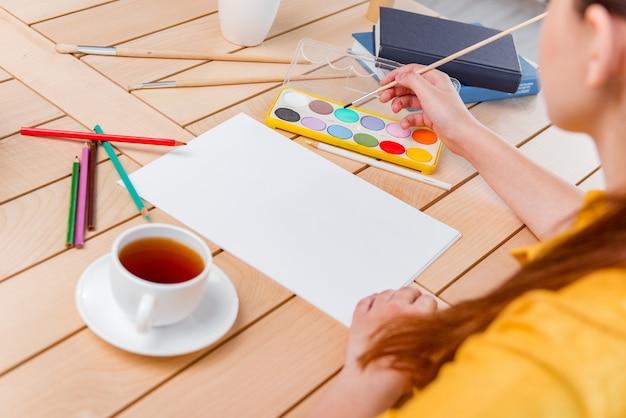Jeune école gilr en train de dessiner à la maison