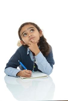 Jeune écolière à la recherche d'une réponse