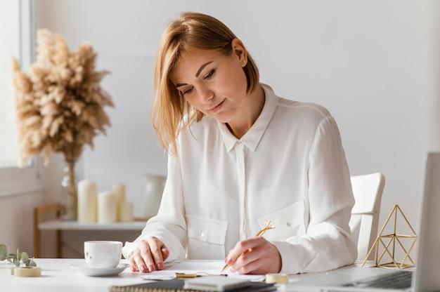 Jeune écrivain prenant des notes