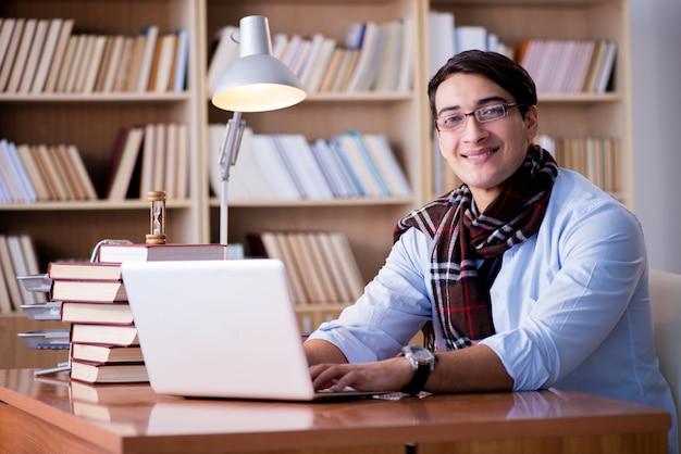 Jeune écrivain travaillant à la bibliothèque