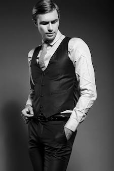 Jeune élégant modèle masculin beau homme d'affaires en costume bleu