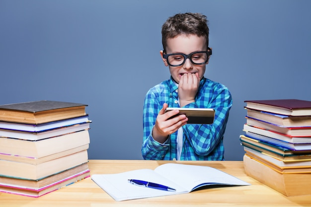 Jeune élève jouant sur son téléphone en classe