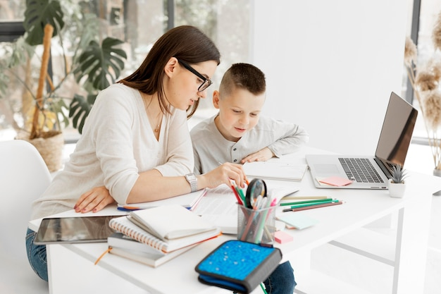 Jeune élève et tuteur apprenant ensemble