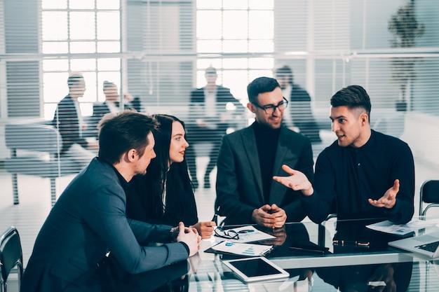 Jeune employé expliquant ses idées à des collègues