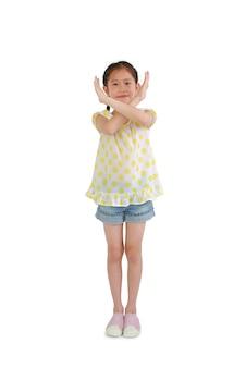 Jeune enfant asiatique a croisé les mains x geste sur fond blanc. les enfants montrent des bras de panneau d'arrêt.
