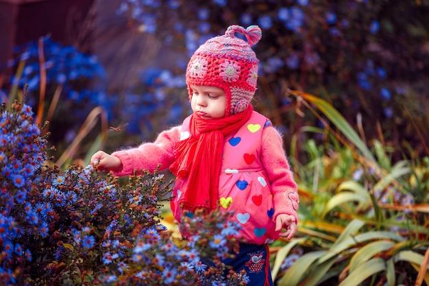 Jeune enfant, debout, dans, fleurs