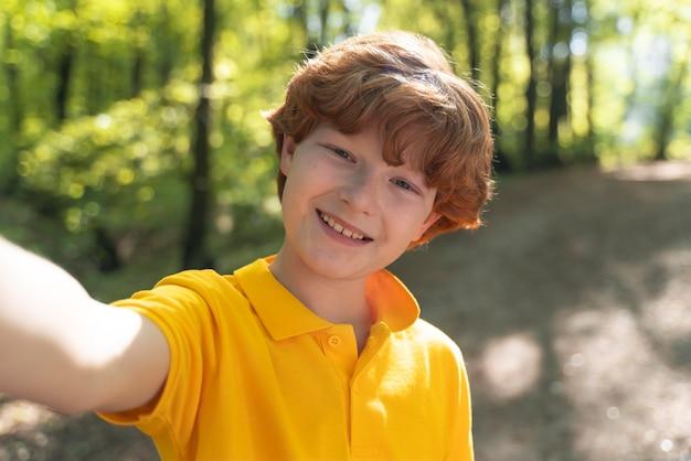 Jeune enfant explorant la nature