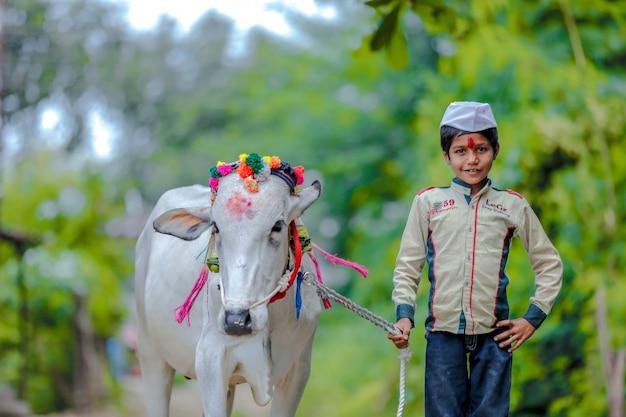 Jeune enfant indien célébrant le festival de pola