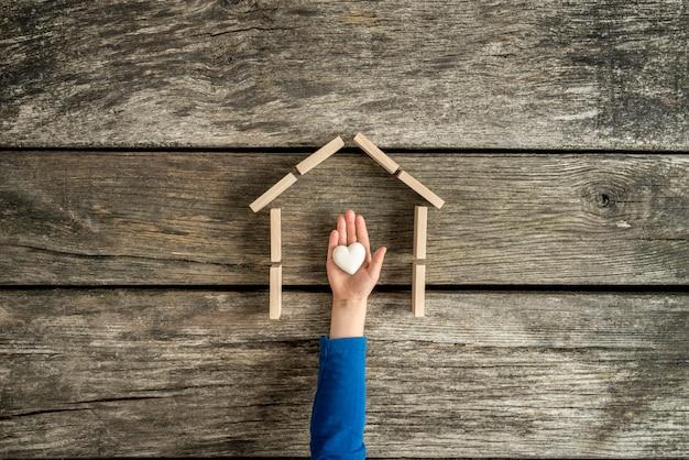 Jeune enfant indiquant son amour pour sa maison