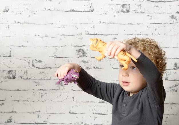 Un jeune enfant jouant avec des animaux