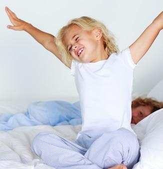 Jeune enfant qui s'étend après avoir dormi