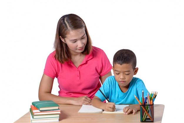 Jeune enseignant aidant l'enfant avec la leçon d'écriture isolée on white