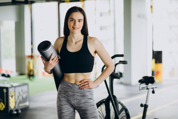 Jeune entraîneur féminin exerçant au gymnase