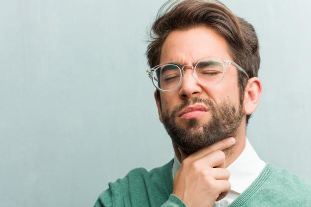 Jeune entrepreneur beau visage gros plan avec un mal de gorge, malade en raison d'un virus