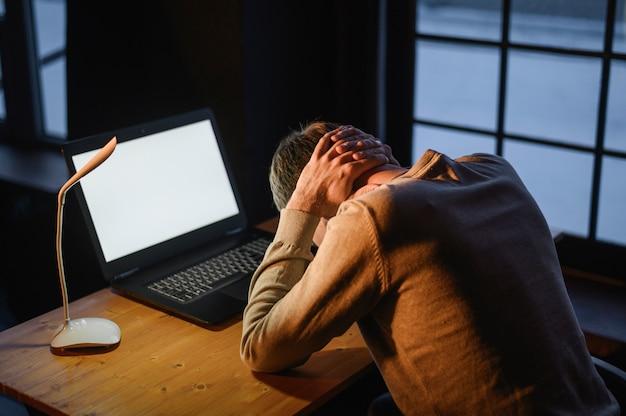Un jeune entrepreneur fatigué du travail
