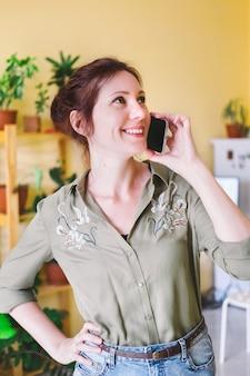 Jeune entrepreneur femme travaillant à la maison.