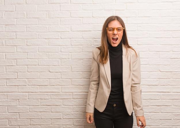 Jeune entrepreneur jolie femme d'affaires hurlant très en colère et agressif
