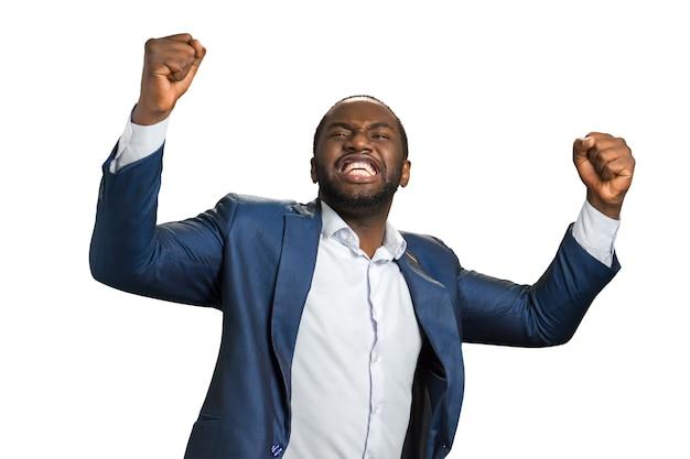 Jeune entrepreneur a levé les mains avec émotion. un homme d'affaires américain excité exprime sa satasfaction et son triomphe