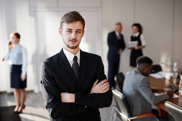 Jeune entrepreneur posant
