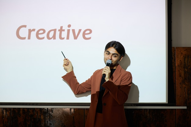 Un jeune entrepreneur s'exprime lors d'une conférence d'affaires