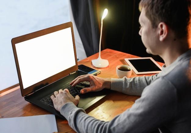 Jeune entrepreneur travaillant à domicile