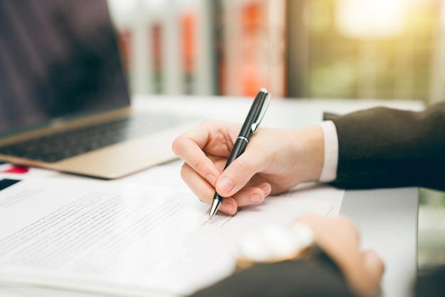 Jeune entrepreneur vérifiant les progrès de son entreprise dans les bureaux modernes. contrat de signature.