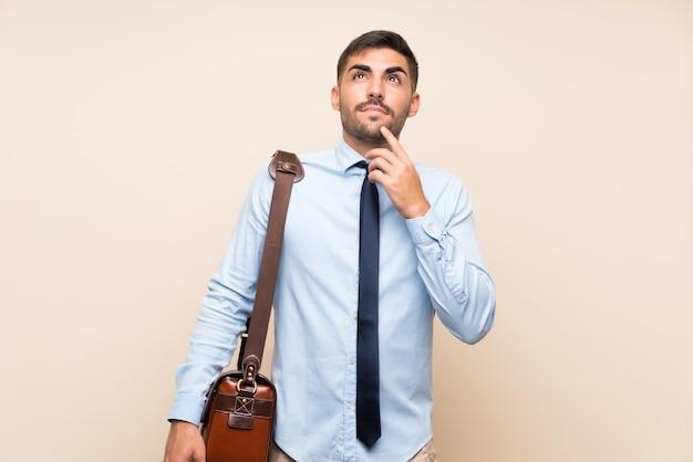 Jeune entreprise avec barbe, pensant une idée
