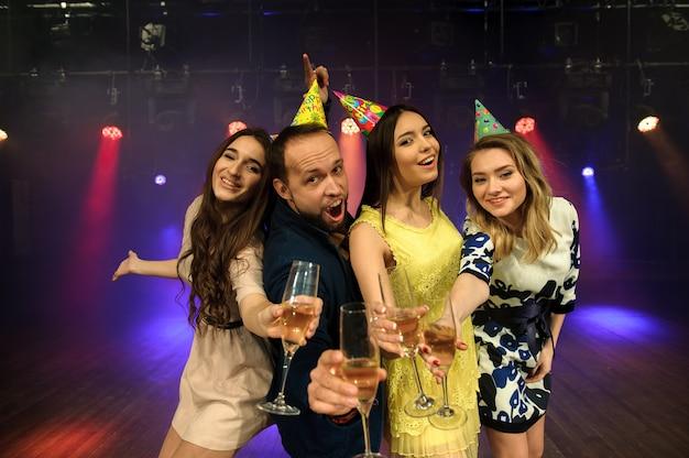 Jeune entreprise joyeuse fête son anniversaire en boîte de nuit