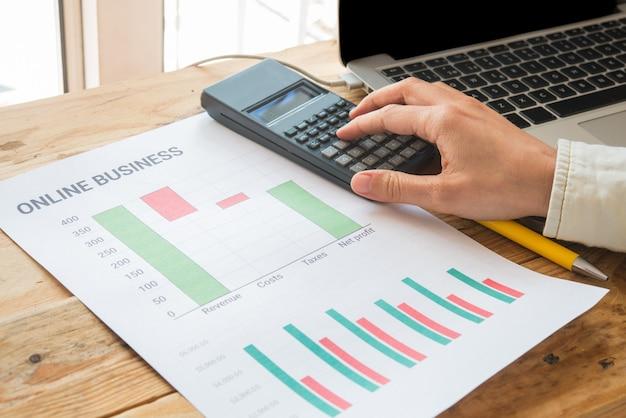 Jeune entreprise occupée à travailler, entrepreneur analysant les informations financières sous forme de graphiques