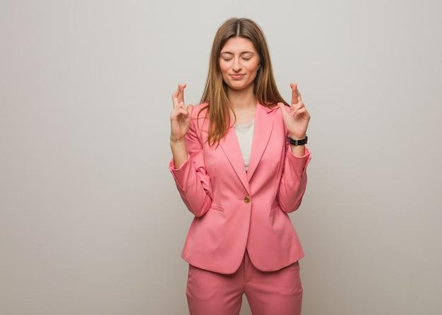 Jeune entreprise russe fille croise les doigts pour avoir de la chance