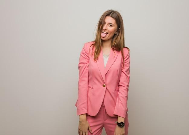 Jeune entreprise russe fille drôle et sympathique montrant la langue