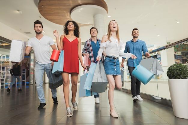 Jeune entreprise shopping au centre commercial. vendredi noir.