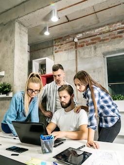 Jeune équipe créative face à une autre tâche difficile