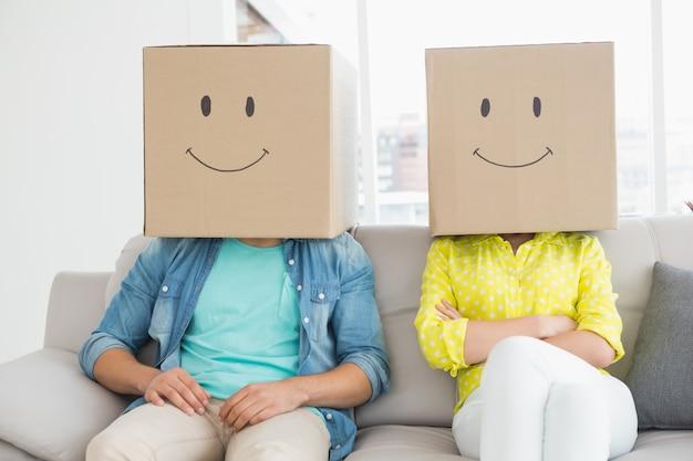 Jeune équipe créative portant des boîtes sur la tête