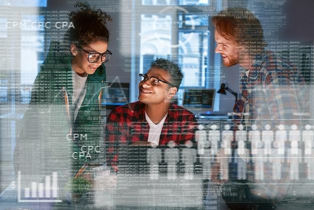 Une jeune équipe du département marketing examine les données