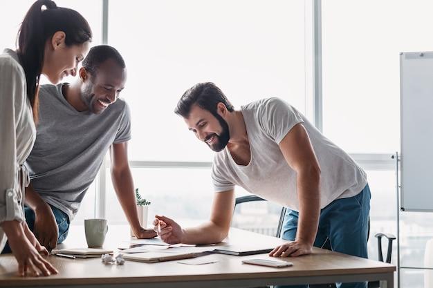 Jeune équipe professionnelle discutant du plan d'affaires au bureau