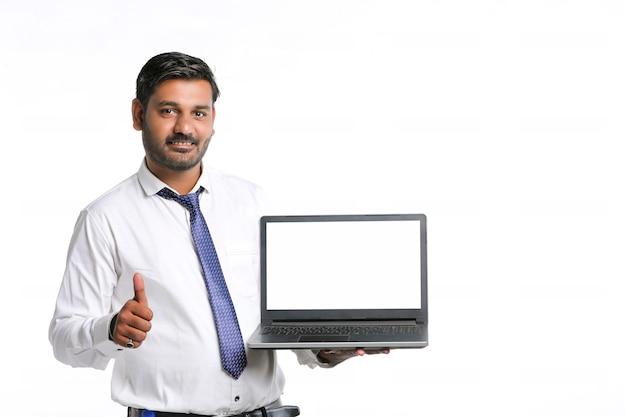 Jeune étudiant, banquier ou employé indien montrant un écran d'ordinateur portable