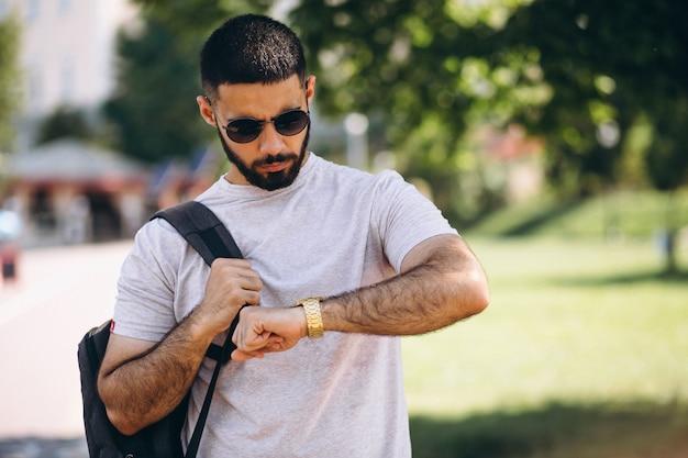 Jeune étudiant beau homme barbu
