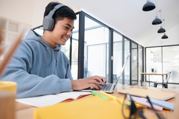 Jeune étudiant en collage à l'aide d'un ordinateur et d'un appareil mobile étudiant en ligne.