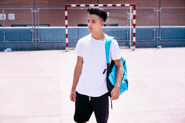 Jeune étudiant sur cour d'école