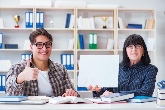 Jeune étudiant et enseignant pendant le cours de tutorat