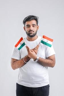 Jeune étudiant indien avec drapeau indien.