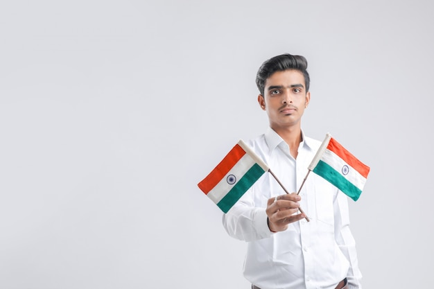 Jeune étudiant indien posant avec le drapeau indien.