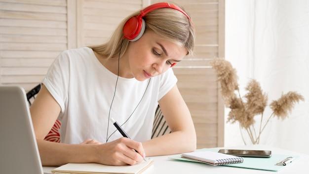 Jeune étudiant intelligent, prendre des notes