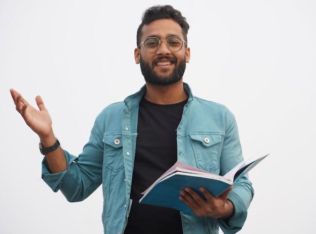 Un jeune étudiant avec livre - concept d'éducation en ligne heureux
