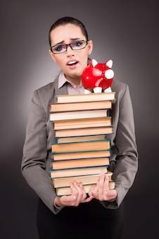 Jeune étudiant avec livre dans le concept de l'éducation