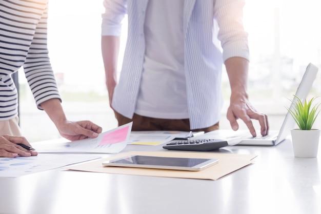Jeune étudiant préparant un examen chez des collègues à la maison travaillant à la réunion de leur petite entreprise